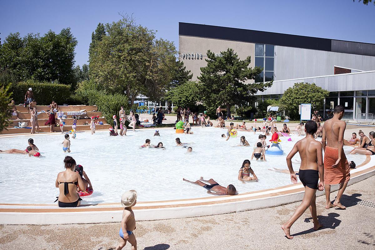 Piquer une t te dans la piscine municipale ville de - Revetement de piscine resine colombes ...